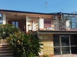 5918 - Via S.Catania, graziosissima villetta, 900 mq giardino, garages