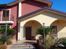 6704 - Aci Bonaccorsi, eccellente imoeccabile villa singola 380 mq, giardino