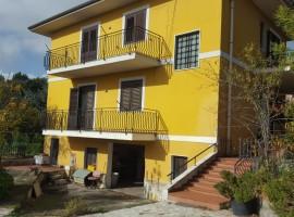 7221 - Mascalucia, interessante villa singola 6 vani, 600 mq giardino, garage